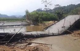 Yên Bái: Thi công sai thiết kế, cây cầu từ thiện sập xuống suối