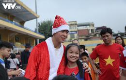 Duy Mạnh, Đức Huy, Thành Chung hóa ông già Noel tặng quà trẻ em trên sân Hàng Đẫy
