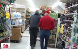 Ông già Noel bí ẩn phát 100 USD cho người nghèo