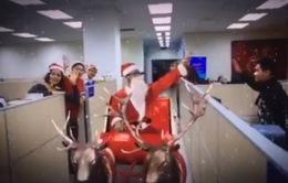 Ông già Noel bất ngờ ghé thăm Ban Thời sự, Đài THVN dịp Giáng sinh