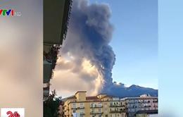 Núi lửa Etna phun trào khiến sân bay Italy tê liệt