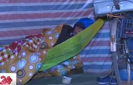 Người vô gia cư co ro chống chọi với đợt rét kỷ lục
