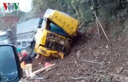 Xe tải chở dong riềng mất lái gặp nạn, phụ xe tử vong