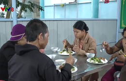 Ấm lòng với bữa cơm từ thiện cho bệnh nhân nghèo vùng biên giới