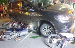 TP.HCM: Ô tô cuốn hàng loạt xe máy vào gầm