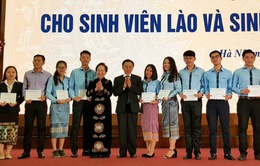 Trao học bổng cho sinh viên Lào