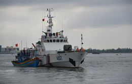 Lai dắt tàu cá bị hỏng máy, trôi dạt trên biển vào bờ an toàn