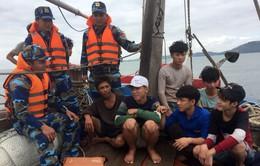 Cứu hộ thành công 8 thuyền viên và tàu cá Nghệ An gặp nạn trên biển