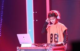 Biệt tài tí hon: Cậu bé lai 8 tuổi khoe tài năng DJ điêu luyện khiến ban bình luận kinh ngạc