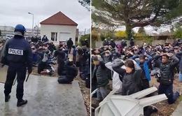 Cảnh sát Pháp bắt học sinh biểu tình quỳ gối gây bất bình dư luận