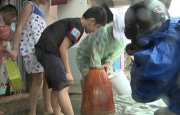 Đà Nẵng: Ngập nặng do mưa lớn, nhiều người dân... bắt cá giữa lòng thành phố