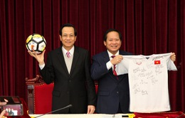 Thủ tướng tặng quả bóng và áo cầu thủ U23 đấu giá ủng hộ người nghèo