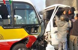 Xe tải va chạm xe bus, 10 người thương vong