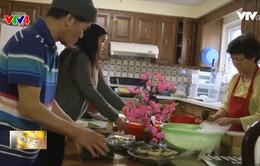 Gia đình Việt tại Canada gói bánh chưng đón Tết