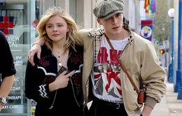Vì bạn gái, cậu cả nhà Beckham bỏ lỡ show thời trang của mẹ
