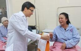 Phó Thủ tướng Vũ Đức Đam thăm, tặng quà bệnh nhân ung thư