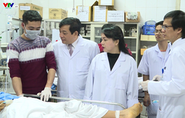 Bộ trưởng Bộ Y tế kiểm tra tình hình trực cấp cứu đêm giao thừa