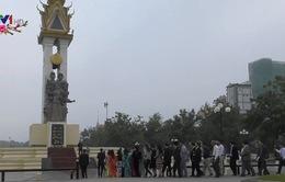 Thắp hương tưởng niệm quân tình nguyện Việt Nam