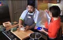 Vua đầu bếp Mỹ Christine Hà thử sức gói bánh chưng