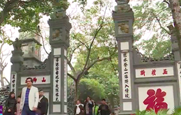 Người dân đi lễ đền Ngọc Sơn đầu năm mới