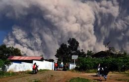 Indonesia nâng cảnh báo hàng không lên mức cao nhất sau khi núi lửa phun
