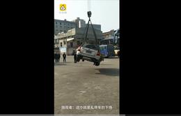 Trung Quốc: Cẩu xe lên... nóc nhà vì đỗ trái quy định