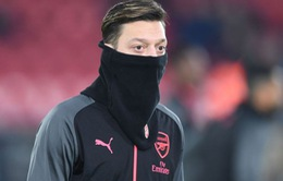 """Ozil bị """"bóc phốt"""" nói dối HLV Wenger để... đưa vợ đi chơi"""
