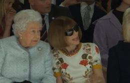 Nữ hoàng Anh bất ngờ xuất hiện trong show trình diễn thời trang tại London