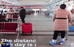 Trung Quốc: Nhân viên bến xe trượt patin phục vụ khách