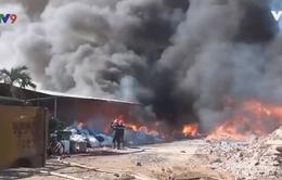 Cháy rụi kho vải vụn ở Tiền Giang