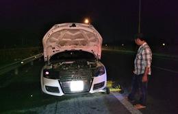 Xe ô tô Audi bốc cháy trên cao tốc TP.HCM - Trung Lương