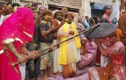 Ấn Độ: Phụ nữ dùng gậy tre đánh nam giới mừng lễ hội sắc màu