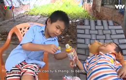 Điều ước thứ 7: Cậu bé 11 tuổi bán vé số giúp mẹ nuôi anh bại não