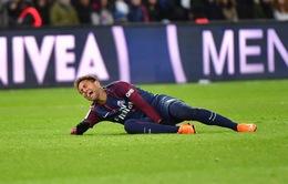 Neymar bật khóc, rời sân bằng cáng cứu thương