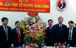 Đồng chí Võ Văn Thưởng chúc mừng thầy thuốc BV Y học cổ truyền TƯ