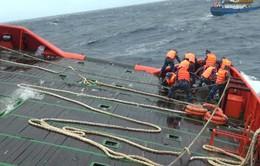 Bình Thuận: Cứu sống 12 thuyền viên gặp nạn trên vùng biển gần đảo Phú Quý
