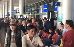 TP.HCM: Sân bay chật kín người đón kiều bào