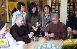 Phật tử chùa Trúc Lâm tại Pháp gói bánh chưng đón Tết