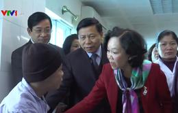 Đồng chí Trương Thị Mai tặng quà Tết cho bệnh nhân ung thư
