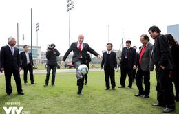 Chủ tịch FIFA Gianni Infantino trổ tài tâng bóng trên sân cỏ Việt