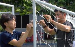 Tân HLV Miura tự tay chuẩn bị cho buổi tập đầu tiên của CLB TP.HCM