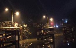 Xe tải nặng gây sập cầu tại TP.HCM