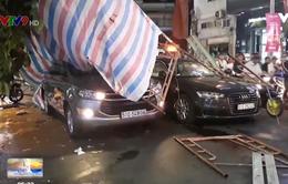 Giàn giáo đổ sập đè 2 xe ô tô, nhiều người thoát chết