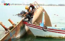 Trục vớt tàu hàng chìm tại Quy Nhơn trong bão số 12