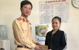 CSGT Hà Nội trả lại tiền và giấy tờ tận tay người đánh rơi