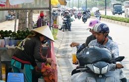 TP.HCM nắng gay gắt, người dân xếp hàng chờ mua nước giải nhiệt