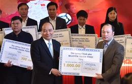 Thủ tướng trao kinh phí từ đấu giá quả bóng và áo thi đấu của U23 Việt Nam cho các huyện nghèo