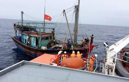 Nghệ An: Đưa tàu cá cùng 8 thuyền viên gặp nạn trên biển vào cảng Cửa Lò an toàn
