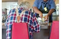 Hành động đẹp của cô gái phục vụ nhà hàng được cư dân mạng tán thưởng