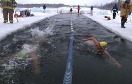 1.500 vận động viên tranh tài bơi lội trong nước lạnh dưới 0 độ C ở Estonia